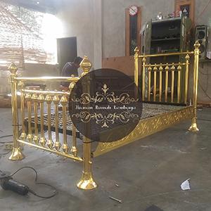 tempat tidur kuningan